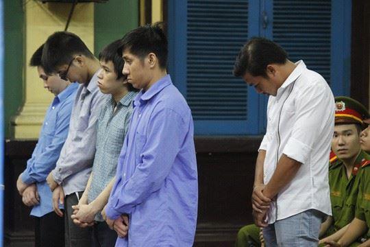 Phạm Sỹ Hoài Như (áo trắng) và các đồng phạm