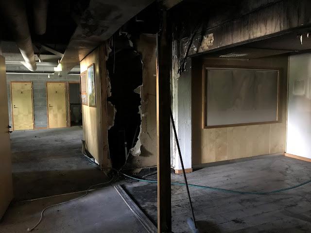 Tulipalossa palaneen toimiston sisäpuolta