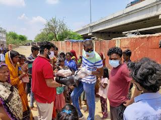 sxcmt-students-distribute-food