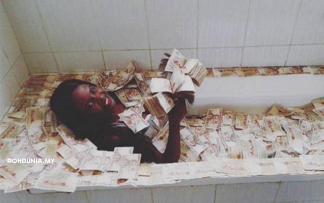 Tunjuk Kaya Raya, Gadis Kenya Berlagak Mandi Wang Di Tab