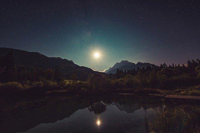 puisi-malam-yang-bersinar-adalah-malam-kita