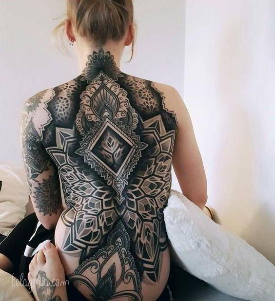 Un tatuaje de mandala en la espalda