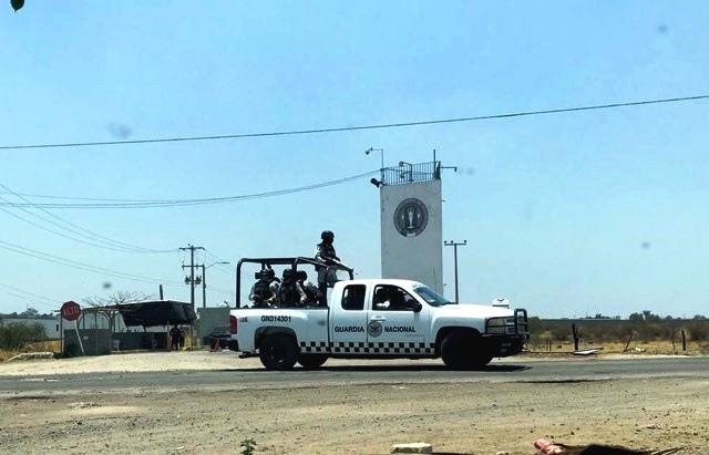 Un largo convoy de unidades militares artilladas  escoltando por lo menos 15 autobuses numerados que formaban parte del convoy El Z40 ya gobernaba el penal como El Chapo