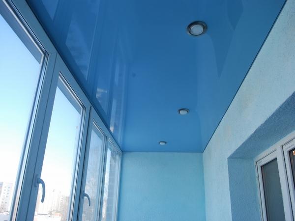Голубой натяжной потолок на лоджии