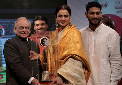 Rekha-receive-smita-patil-award