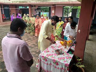सर्वप्रथम मां सरस्वती पूजन आरती कर टीकाकरण महा अभियान का शुभारंभ किया गया
