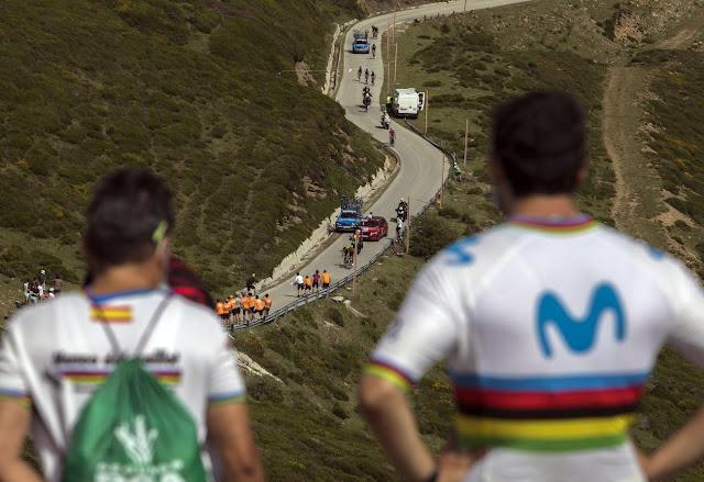 Aficionados en El Picón Blanco, aguardan la llegada de la carrera. Foto: Tomás Alonso.