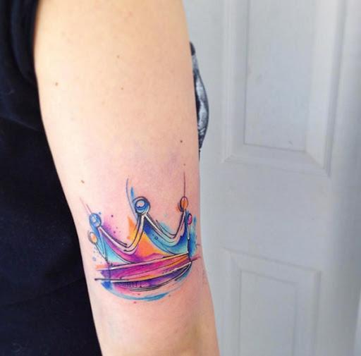 Esta aquarela coroa tatuagem no tríceps