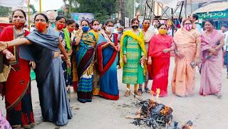 पश्चिम बंगाल की सीएम ममता बैनर्जी का बुरहानपुर में किया पुतला दहन