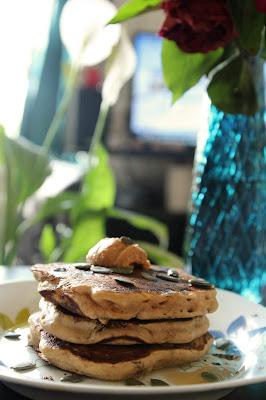 fluffly pancakes moelleux sans oeufs sirop d agave peanut butter beurre de cacahuete vase bleu