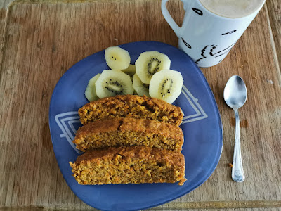 Un desayuno perfecto, bizcocho de zanahoria y café con leche