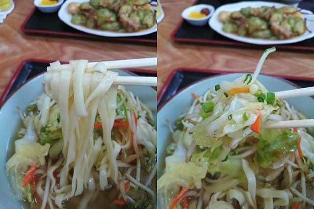 知念製麺所のやや縮れがかった中太平麺と野菜炒め