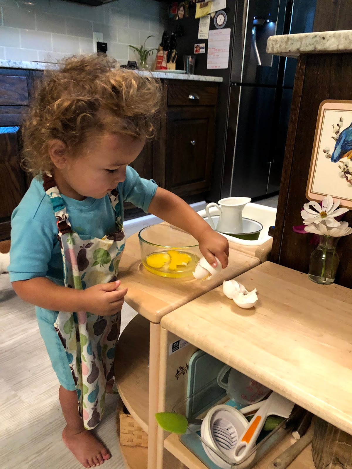 A look at Montessori aprons, why we use them in our home and what to keep in mind when buying them