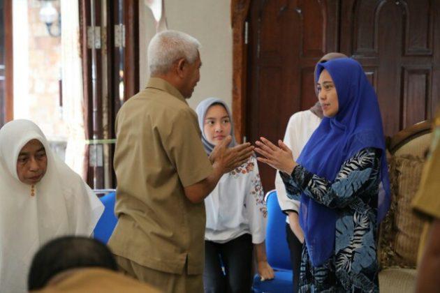 Hj Winda Fitrika menyambut kedatangan Plt Bupati Asahan.