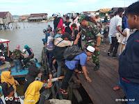 """Mulawarman Peduli """"Anggota Kodim 0913/PPU  Bantu Warga Di Pelabuhan"""