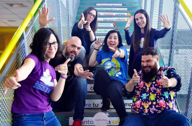 pose expresiva señalando a la cámara de los 6 miembros presentes del equipo Bam