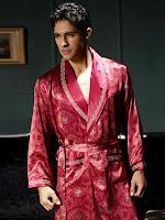 Kırmızı renkli ve desenli bir ropdöşambır giymiş genç bir erkek