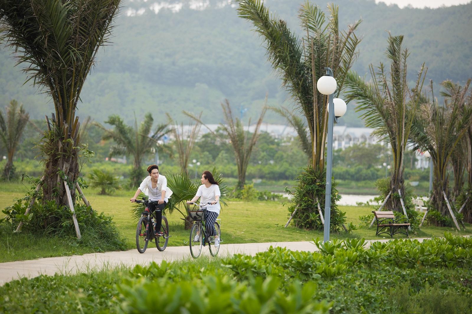 Công viên xanh bên hồ cảnh quan