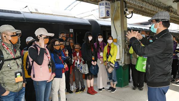 台鐵觀光列車鳴日號抵彰化站 旅客悠遊彰化扇形車庫
