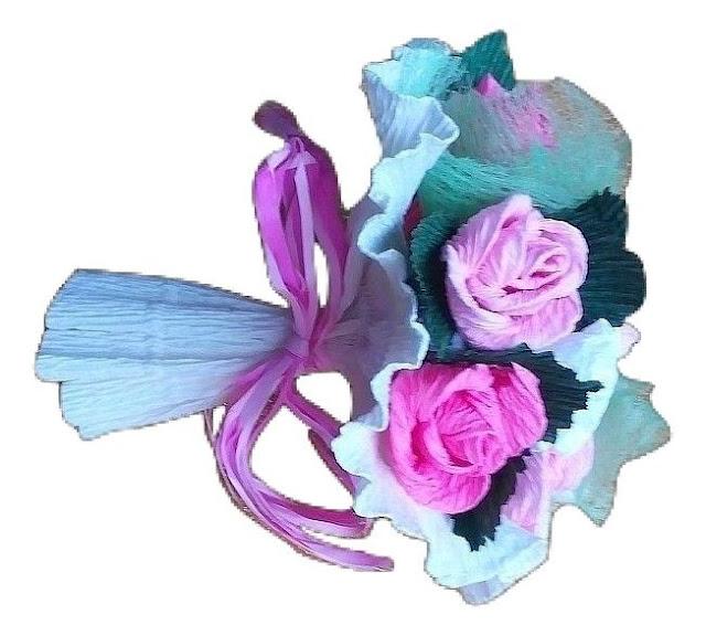 Malutki bukiecik z kwiatków z krepiny