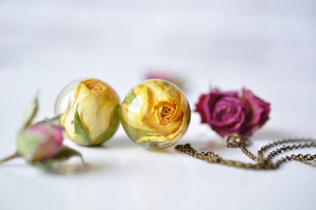 Encantadoras jóias artesanais preservam flores em belos colares