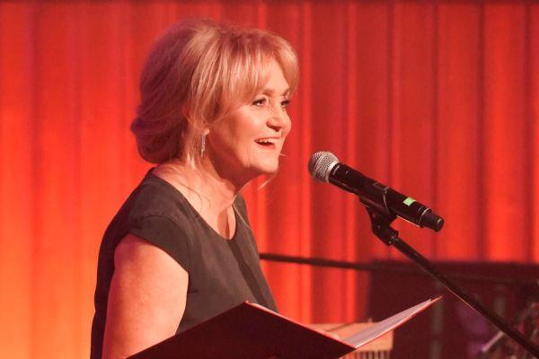 na zdjęciu jest Małgorzata Kozioł przy mikrofonie