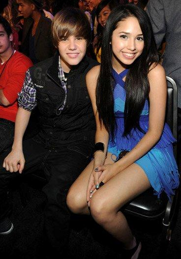 Foto de Jasmine Villegas sentada junto a Justin Bieber
