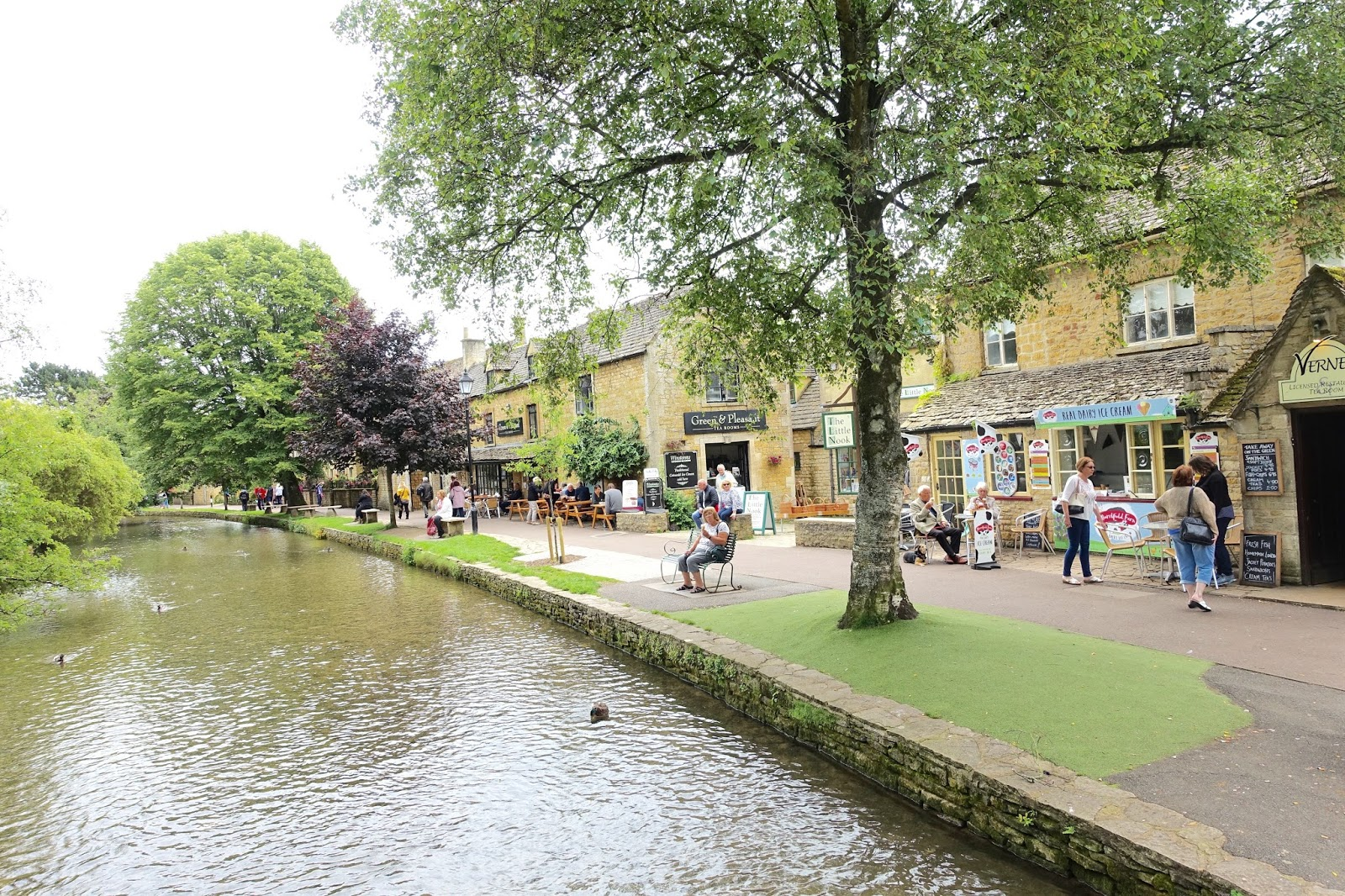 Bourton-on-the-water riverside