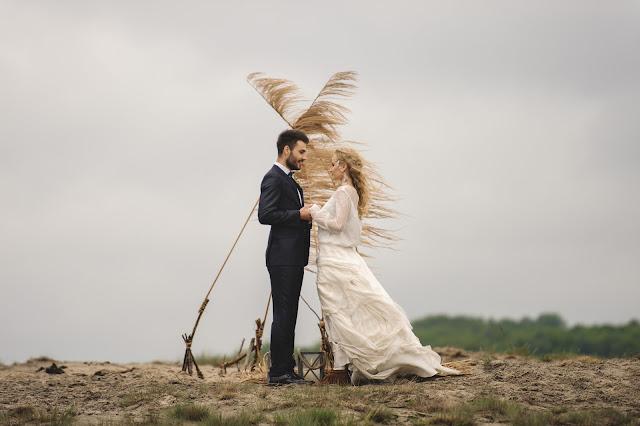 Sesja ślubna z motywem traw