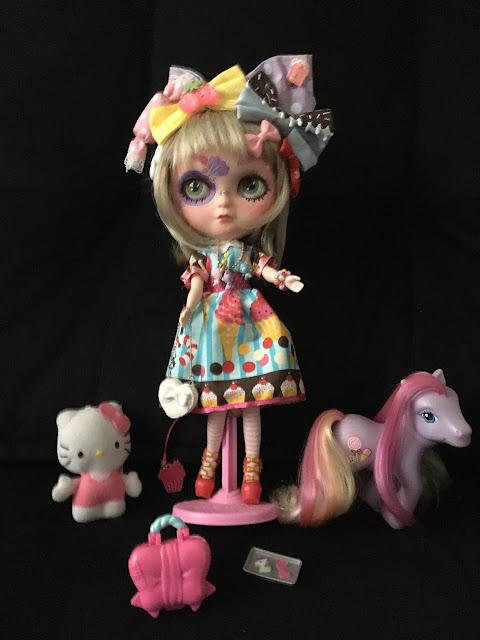 Boneca Blythe customizada com doces e brinquedos fofos