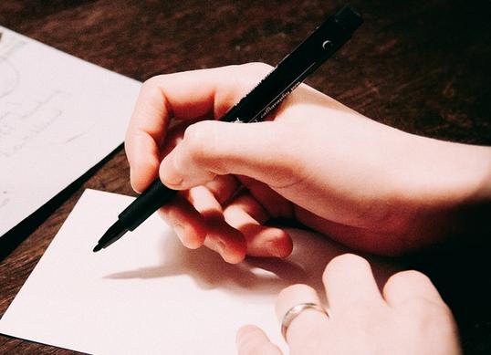 Gambar tangan  sedang Menulis