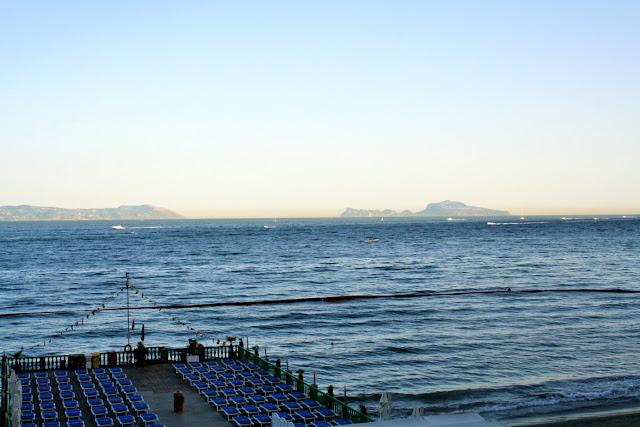 terrazza, lido, lettini, mare, montagne, cielo