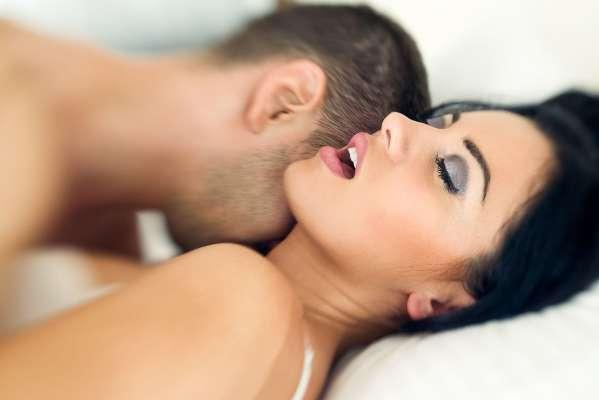 खुश रहने के लिए एक महीने में इतनी बार करें सेक्स