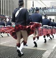 Witzige Männer in Schottenrock Spaßbilder