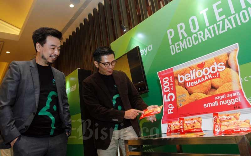 Direktur Utama PT Sierad Produce Tbk. Tommy Wattimena (kiri) berbincang dengan Managing Director Foods Dicky Saelan di sela-sela paparan publik perusahaan di Jakarta, Selasa (4/8/2020). PT Sierad Produce Tbk. yang merupakan perusahaan makanan olahan daging ayam terintegrasi tersebut memperkenalkan nama dan branding baru yakni menjadi PT Sreeya Sewu Indonesia Tbk.. Bisnis/Himawan L Nugraha