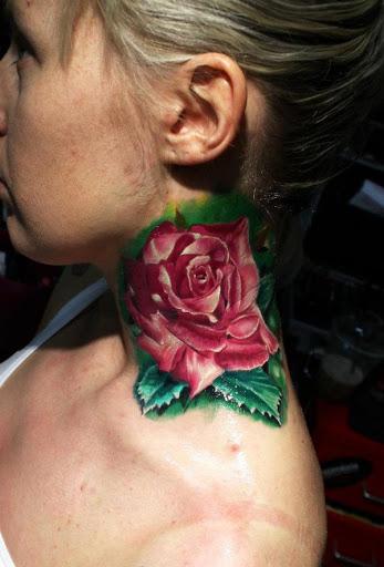 Tatuagem de flor de rosa para as mulheres de pescoço