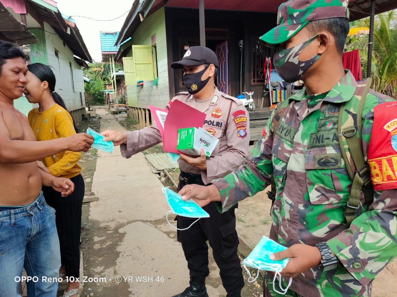 Door to Door, Polsek Murung Bersama TNI Bagikan Masker Gratis Kepada Masyarakat