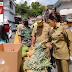 Bupati Tetty Paruntu Peduli Bagikan 125 Payung Kepada Pedagang Pasar Amurang