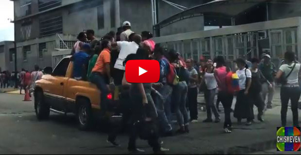 Venezolanos buscando una colita durante el apagón de Caracas