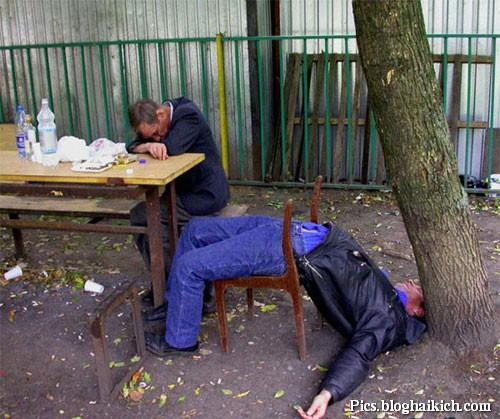 Tư thế ngủ buồn cười khi say rượu