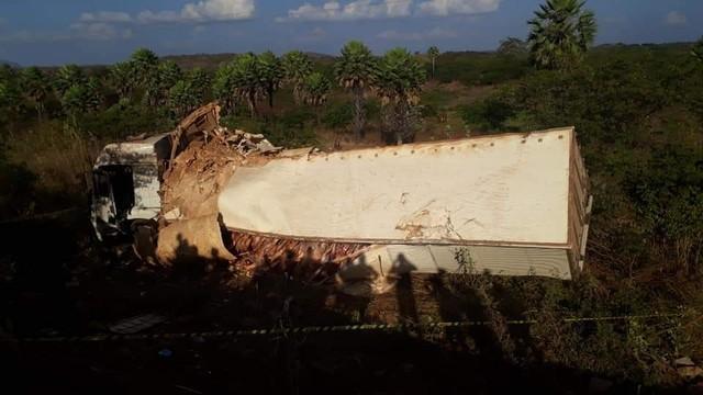 Caminhão tomba com carregamento de carne na BR-222, no Ceará