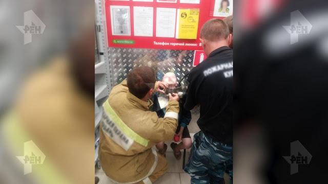 Отец мучил своего маленького сына, оставляя его на цепи в сарае по ночам, а днем заставлял его работать