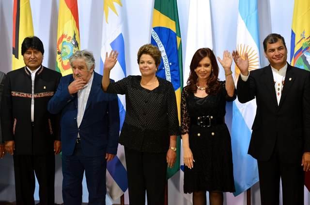 (Da direita para a esquerda) Presidentes Evo Morales, da Bolívia; Jose Mujica, do Uruguai;  Dilma Rousseff, do Brasil; Cristina Kirchner, da Argentina, e Rafael Correa, do Equador, posam para a foto oficial  dos chefes de Estado do Mercosul no Palácio do Itamaraty em Brasília, em dezembro de 2012.