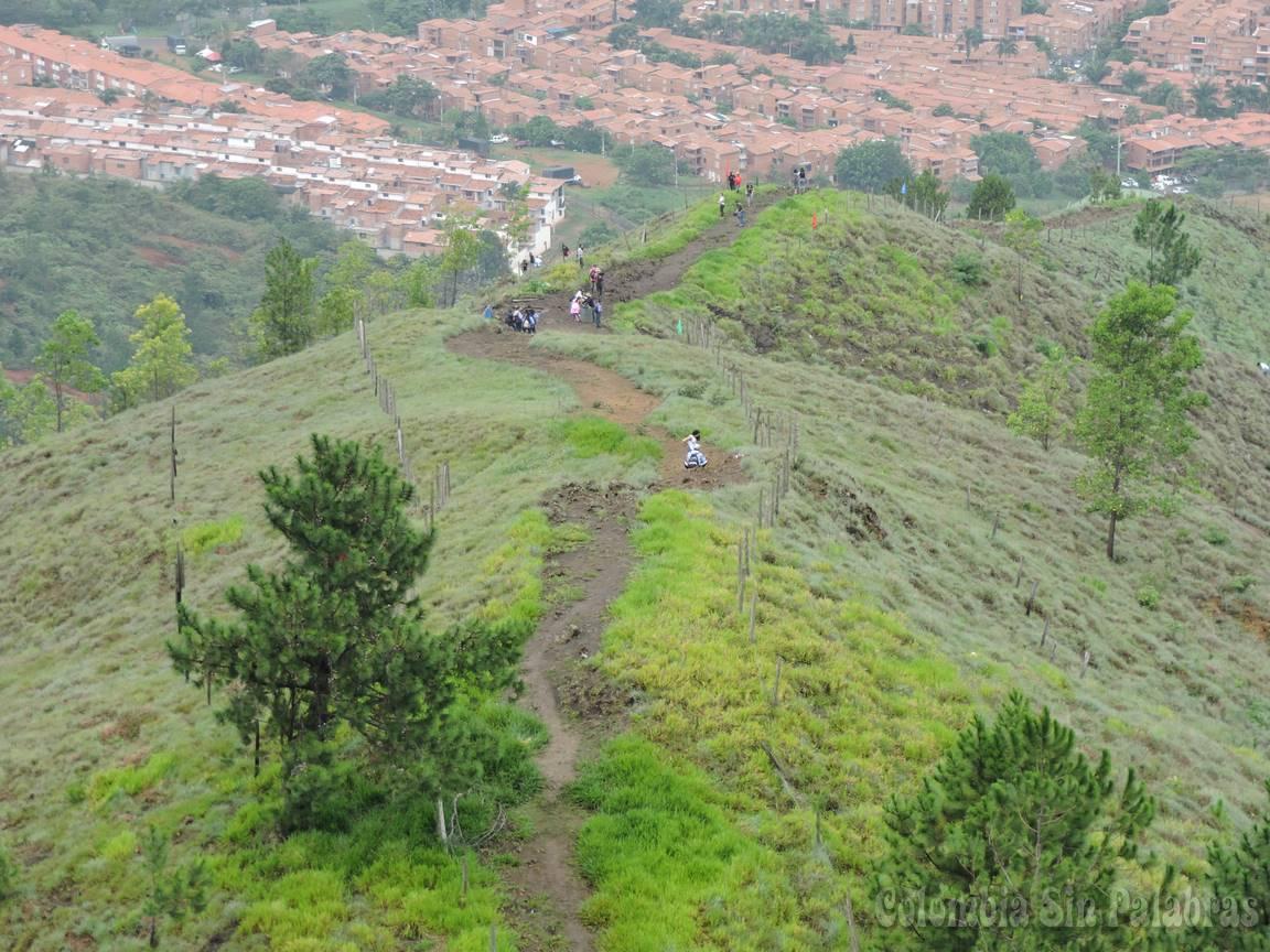 caminantes subiendo al cerro quitasol
