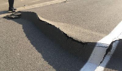 Soulèvement d'une route en béton armé continu recouvert d'asphalte
