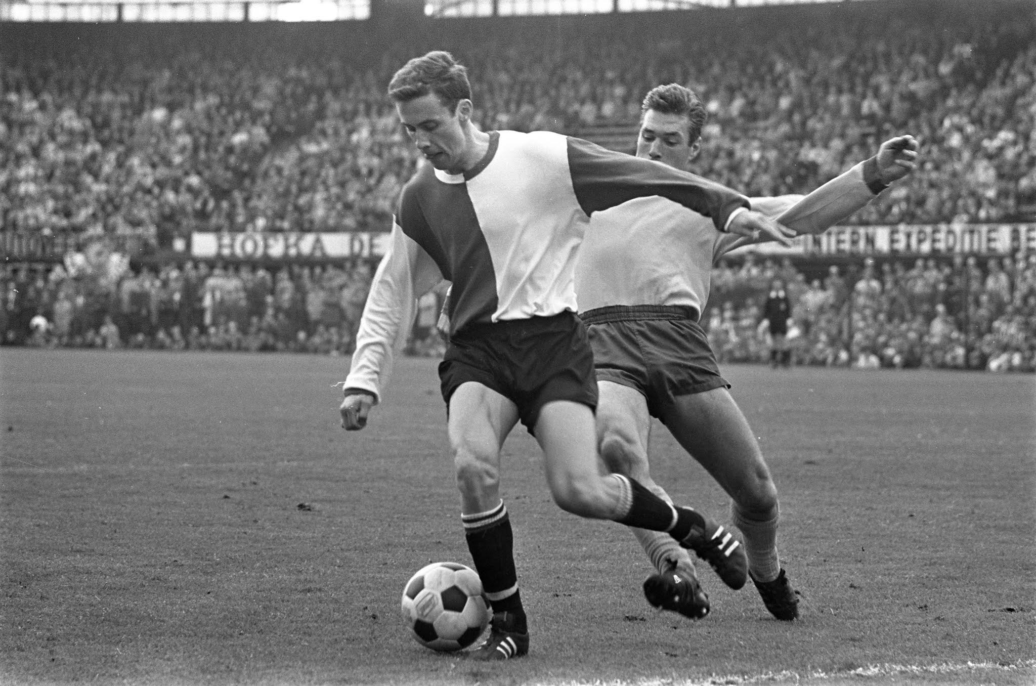 Ove Kindvall namens Feyenoord aan de bal tegen Sittardia