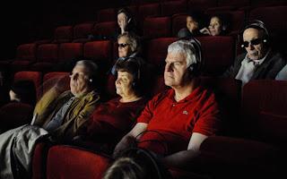 Deficientes visuais assistem filme com auxílio de audiodescrição na França