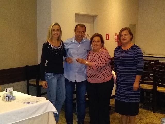 Alcides Pereira, do grupo Fama, é homenageado com o Troféu Viver para Servir