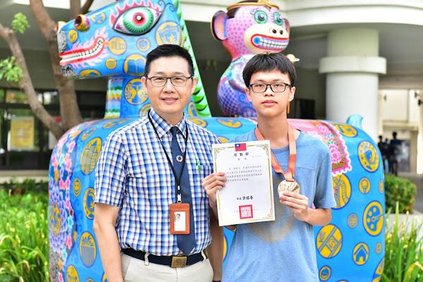 明道中學高職部陳軒立自學 取得亞馬遜「雲端從業人員」認證
