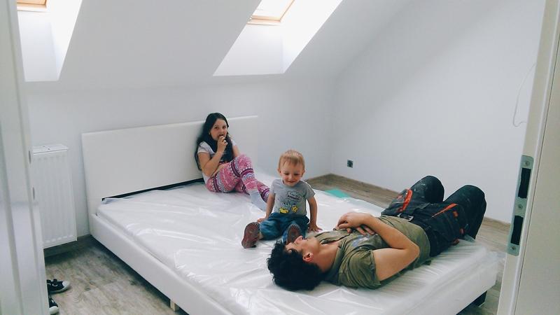 sypialnia z garderobą, białe łóżko eko skóra, jasna sypialnia, sypialnia na poddaszu